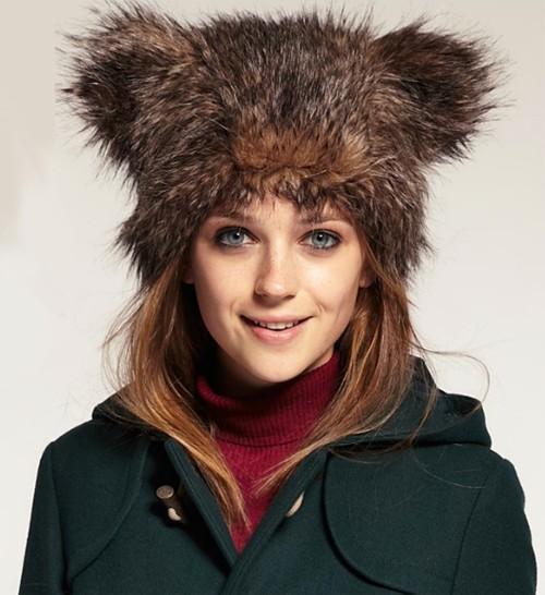 женская шапка с ушами на фото
